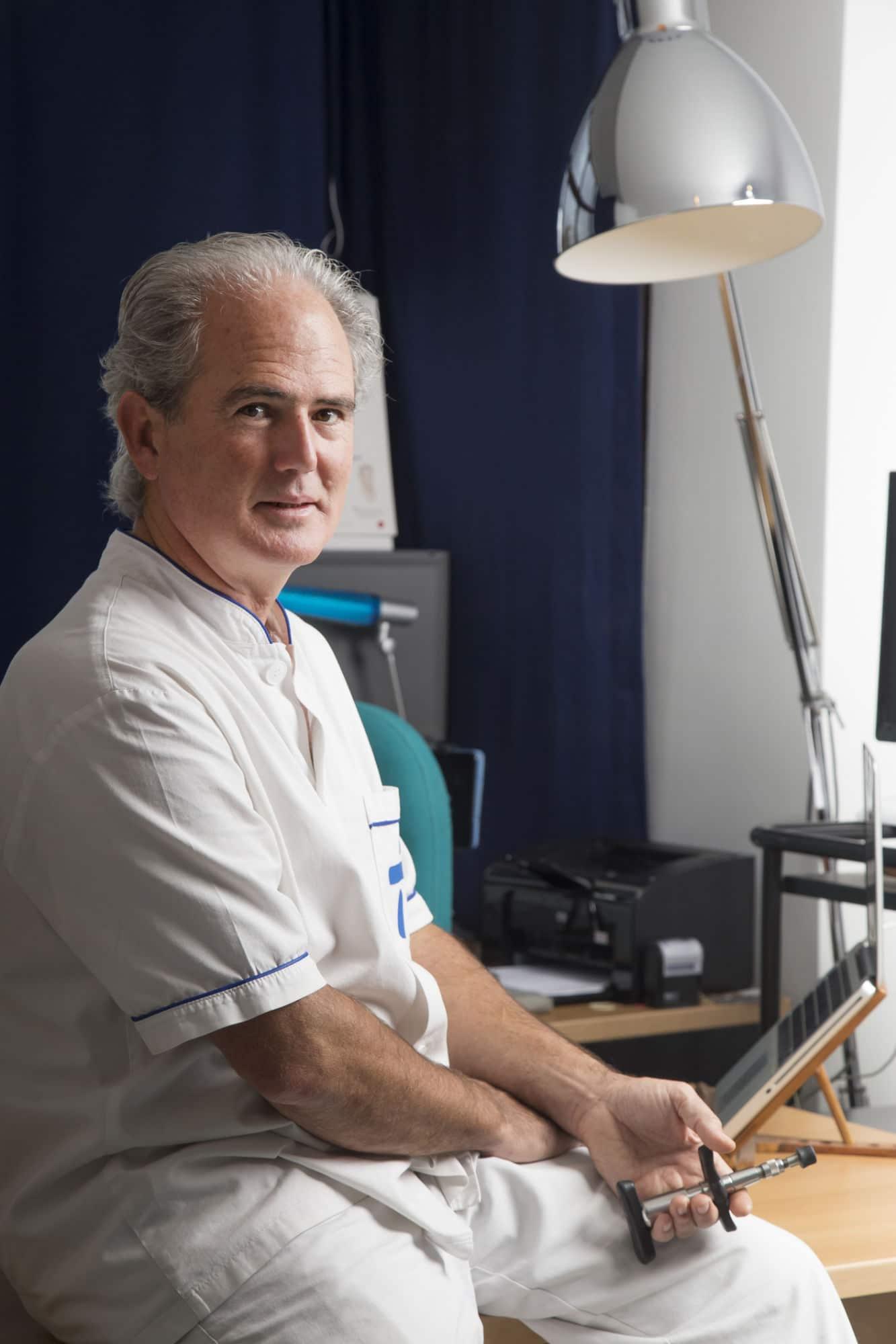 Dr. José Andrés Blay Aloy con Martillo Neuropercutor